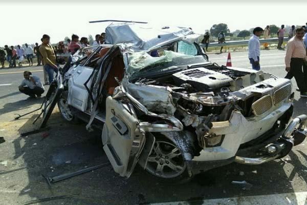 agra-lucknow-expressway-2-dead-in-car