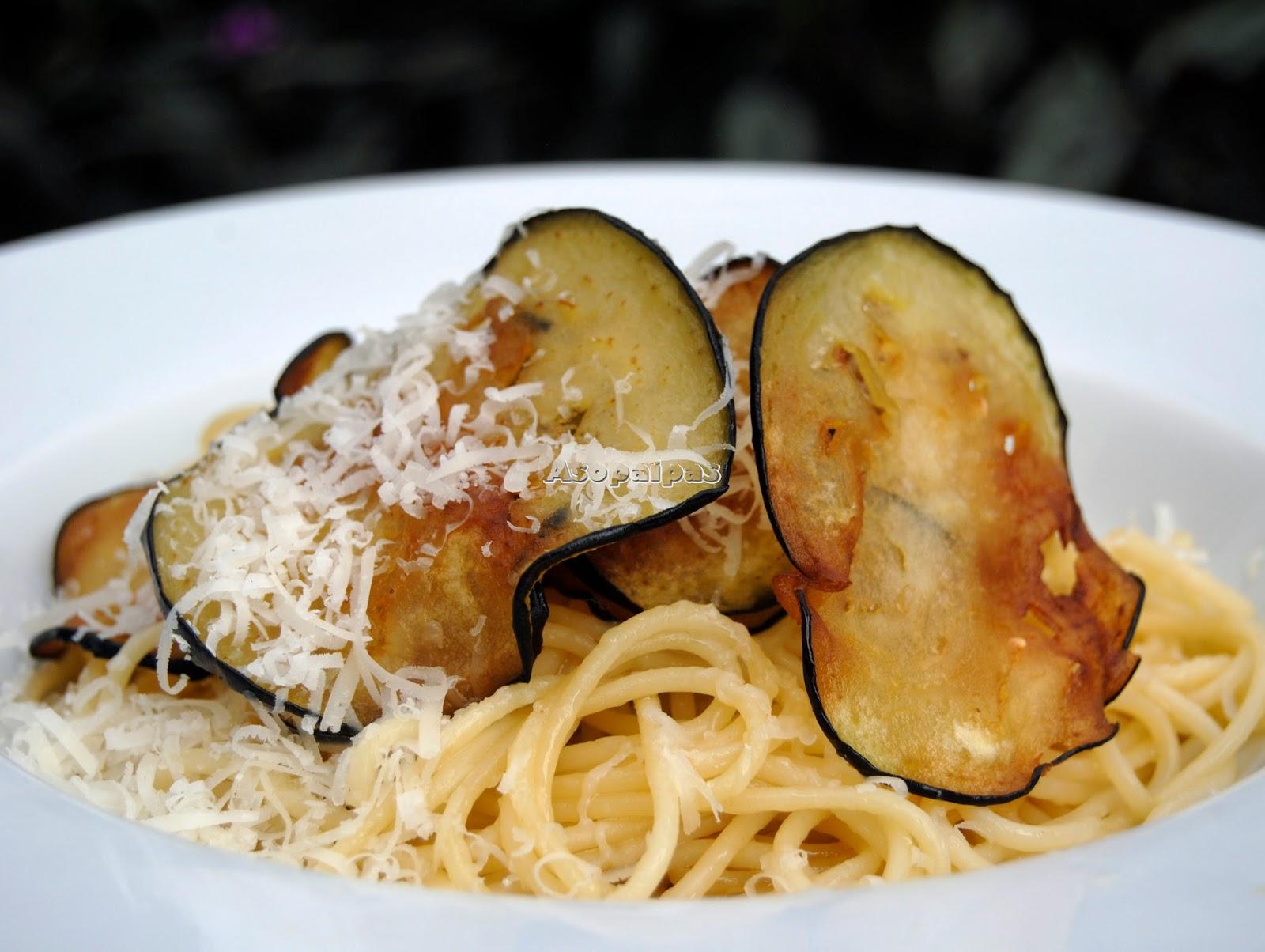 Espaguetis con Ajo, Berenjenas fritas y queso parmesano rallado