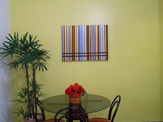 sala-de-jantar-com-quadro-de-fitas-de-cetim-coloridas-abrir-janela