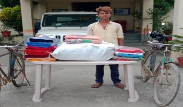 हजारों रुपए मूल्य के तस्करी के कपड़ों के साथ तस्कर धराया
