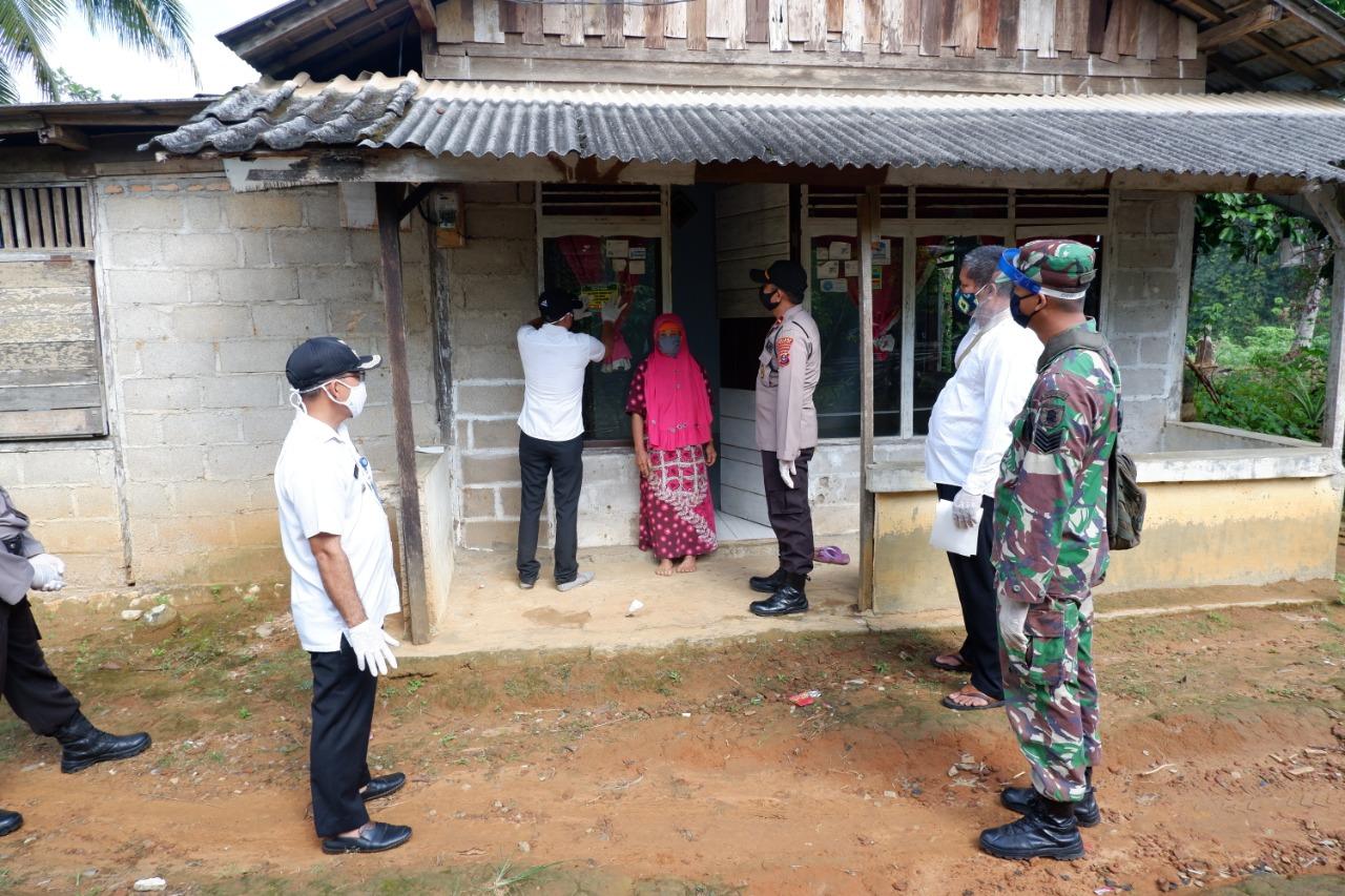 Babinsa Hatungun, Koramil 1010-04/Binuang Lakukan Pendampingan Pemasangan Sticker Program BST
