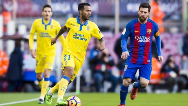 Viera conduce la pelota frete a Messi