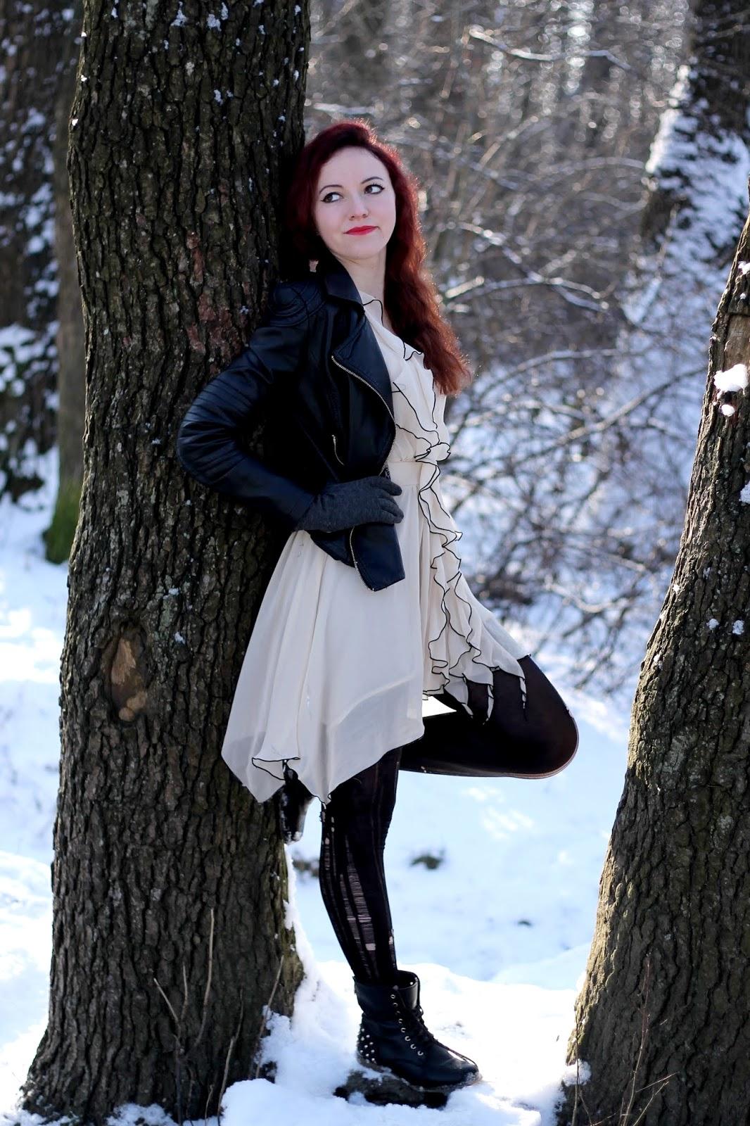 Beżowa sukienka z falbankami na jedno ramię czarne obramowania, dziurawe rajstopy, skórzana kurtka ramoneska czarna, czarne szpilki, czarne botki
