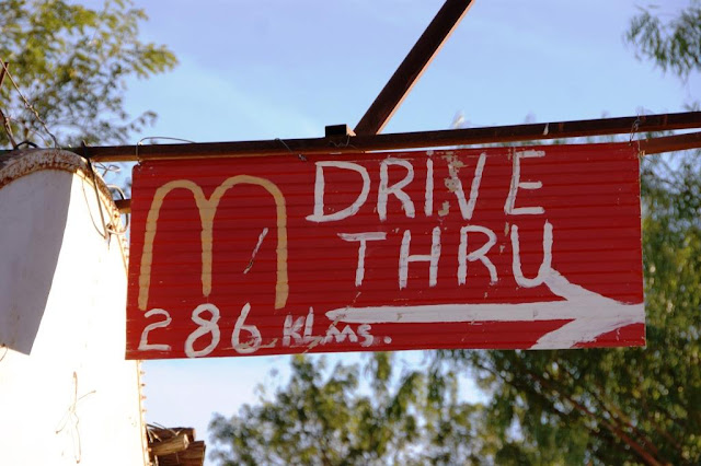 Drive Thru Schild in Central Australia www.nanawhatelse.at
