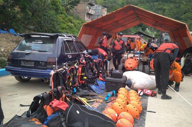 tim gabungan basarnas sedang melakukan persiapan untuk mencari korban tenggelam di Danau Toba.