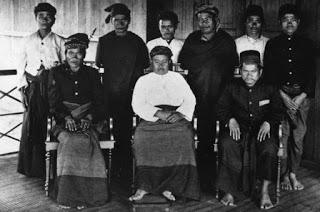 Gambar 8: Raja Purba XII Tuan Rahalim Purba Pakpak didampingi para penasehatnya, ia merupakan raja bagi golongan Tarigan Tendang/Tondang, Tarigan Tambun, dan Tarigan Purba Cikala.