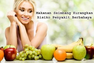 Makanan Seimbang Kurangkan Risiko Penyakit Berbahaya | Makanan seimbang dan berkhasiat amat disarankan untuk memastikan kita sentiasa sihat dan bebas daripada sebarang penyakit yang berbahaya.  Pengambilan makanan sihat dan seimbang di dalam diet harian kita dapat mengurangkan risiko beberapa penyakit yang kerap menyerang di Malaysia, antaranya kanser, serangan jantung dan angin ahmar (strok), tekanan darah tinggi, kolesterol tinggi, osteoporosis dan sebagainya.  Persoalanya sejauh manakah makanan sihat dan seimbang dapat mencegah kita daripada penyakit yang berbahaya seperti di atas?  AM nak kongsikan beberapa Makanan Seimbang yang Kurangkan Risiko Penyakit Berbahaya yang boleh diamalkan oleh kita semua.   Kanser (Barah)  Amalkan makan buah-buahan dan sayur-sayuran dapat mencegah daripada risiko kanser kolon, perut, paru-paru dan esofagus.   Bagaimanapun, bukti yang menunjukkan pengurangan risiko itu tidak sekuat sebagaimana kanser payu dara dan prostat.  Diet tinggi lemak sering dikaitkan dengan peningkatan risiko kanser prostat, kolon, rektum dan endometrium. Bagaimanapun diet tinggi lemak sukar dikaitkan dengan kanser payu dara tetapi ada bukti menunjukkan bahawa lemak tepu memainkan peranan penting dalam meningkatkan risiko kanser.  Serangan jantung dan angin ahmar (Strok)  Satu kajian mendapati mereka yang mengikuti garis panduan pemakanan disarankan Jabatan Pertanian Amerika Syarikat (USDA) mengalami 28% dan 14% pengurangan risiko terhadap serangan jantung dan strok berbanding mereka yang tidak mengikuti garis panduan itu.  Di dapati juga rakyat Malaysia mengalami serangan jantung dan strok akibat pemakanan yang tidak seimbang dan melakukan senaman seperti yang di sarankan oleh pakar pemakanan. Makanan Seimbang Kurangkan Risiko Penyakit Berbahaya  Lebihan kolesterol Umum mengetahui di Malaysia mempunyai masakan yang berasaskan santan dan pelbagai lagi masakan yang boleh menyumbang kepada masalah lebihan kolesterol ini.    Langkah mencegahan adalah dengan meng