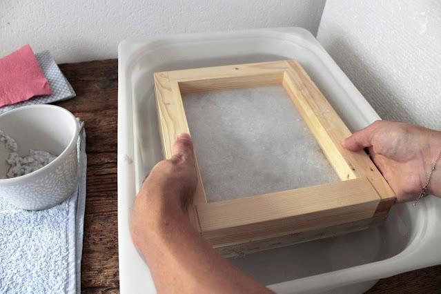 come-fare-fogli-carta-riciclata-immersione-foglio
