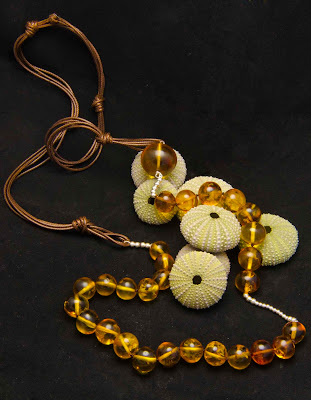 Collar de ambar montado en cordón encerado marrón y motivos de plata