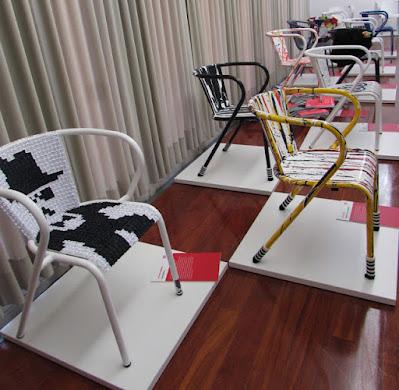 cadeiras Adico feitas por criativos em exposição