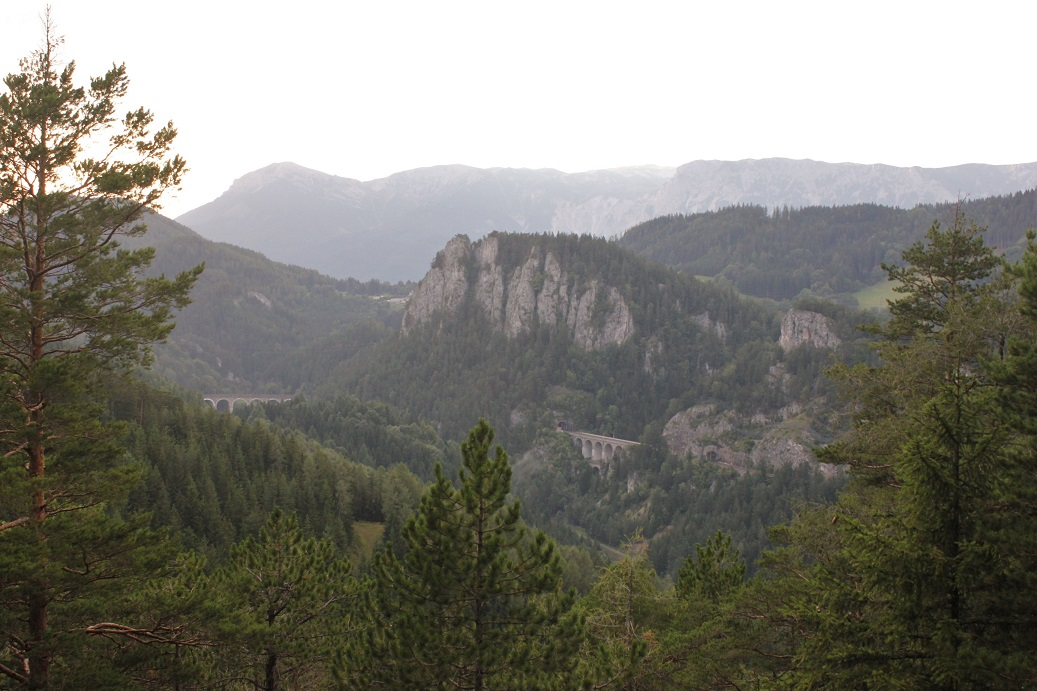 Vyhlídka 20 Schilling Blick na rakouskou horskou železniční trať Semmering