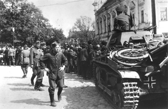 Kaunas, Jews being forced to haul a panzer, 27 June 1941 worldwartwo.filminspector.com