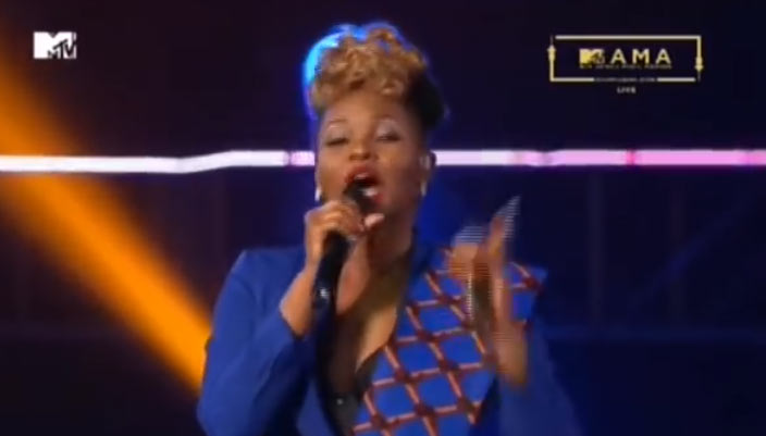 The other room: Check out how Yemi Alade trolled Buhari at 2016 MAMA