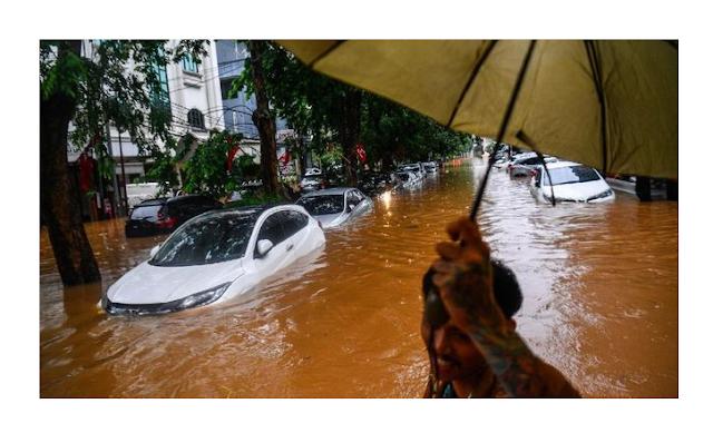 Cara Mengatasi Mesin Mobil yang Terendam Banjir Mobil yang terdampak banjir harus ditangani oleh ahlinya. (Foto: ANTARA FOTO/Sigid Kurniawan)