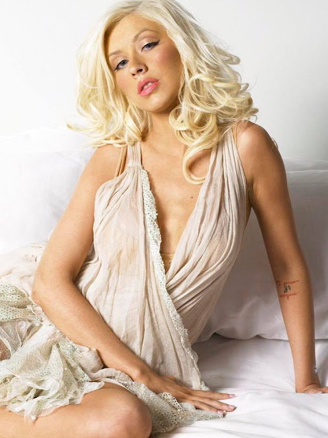 topless-pics-of-christina-aguilera