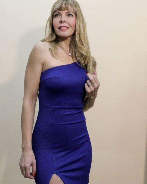 Mini φόρεμα με έναν ώμο & άνοιγμα στο πόδι σε μπλε & μαύρο χρώμα.