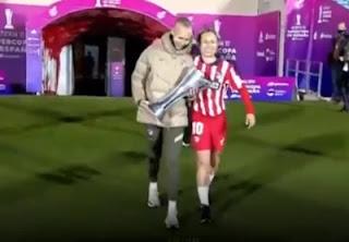 Virginia Torrecilla levanta la copa con la capitana