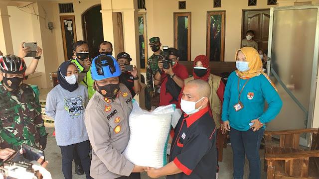 Kapolres Purbalingga Bersama Dandim Bersepeda Kunjungi Desa Toyareka, Berikan Bantuan Beras