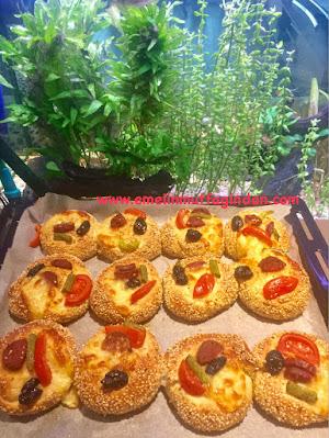Susamlı minik pizzalar