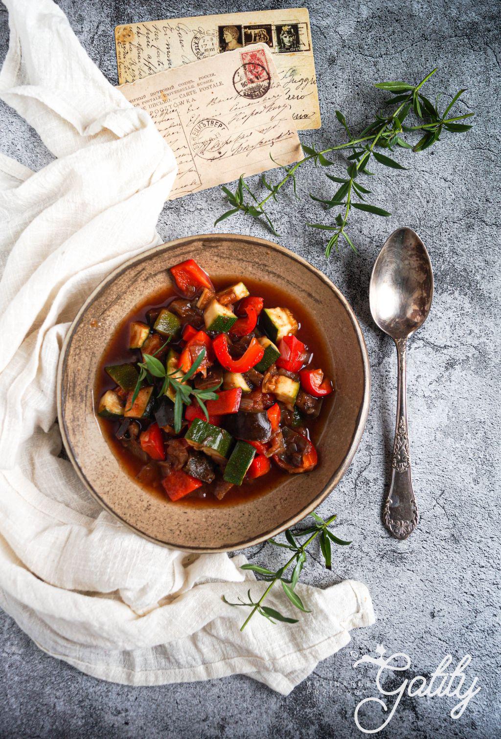 kolorowe-warzywa-w-czerwonym-sosie