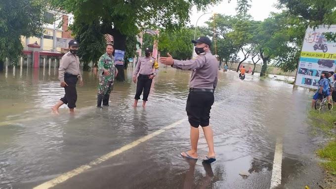 Kapolsek Ligung Bersama Anggota Koramil Bersinergi Lakukan Pengaturan Lalin Akibat Banjir