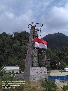 bendera Merah Putih berkibar saat pemasangan panel GRC Cladding PLBN Entikong - PT WIKA (persero)