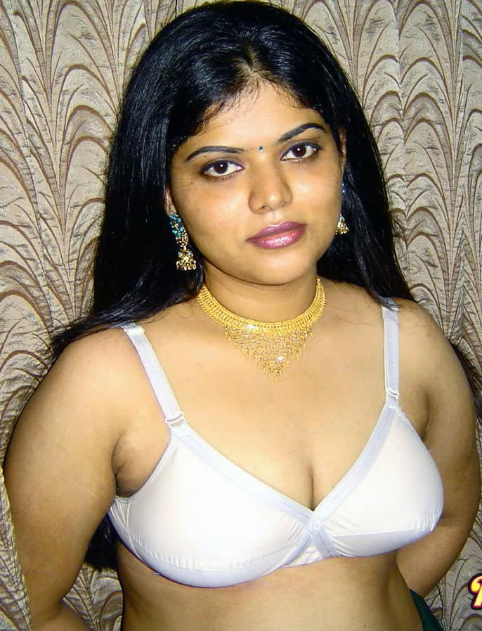 Desi Mallu Hot Actress Neha Nair Sexy Cleavage And Boobs -2173