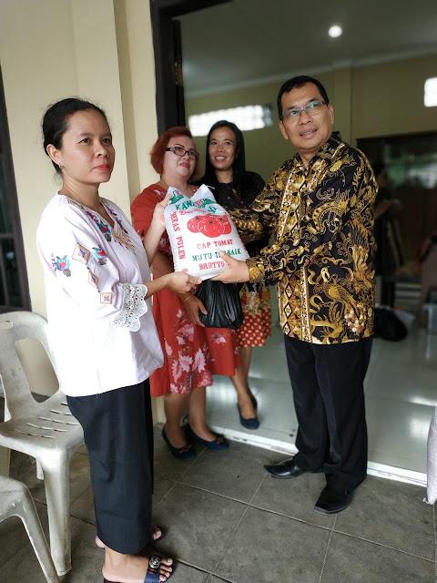 Gereja GBI Sutoyo Tebitinggi Bagikan Paket Lebaran
