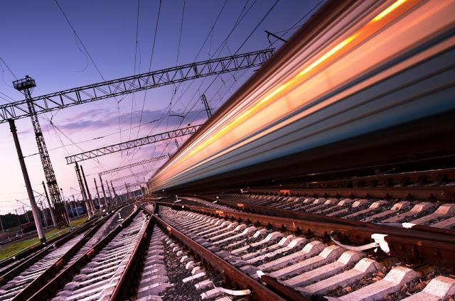 rozpędzony pociąg na torach