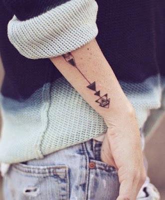 Un tatuaje de flecha en el antebrazo