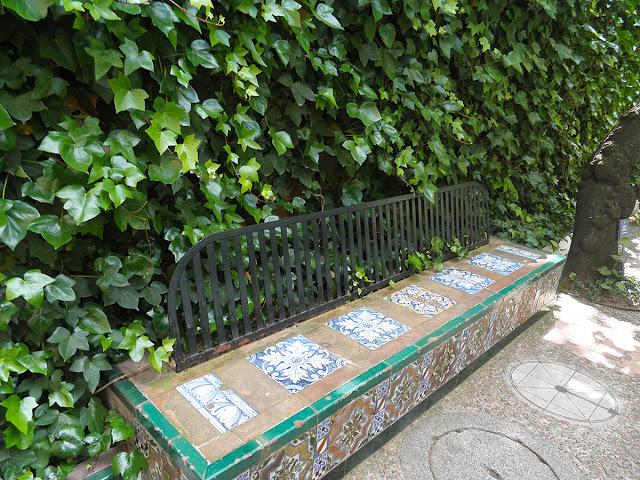 Banco con azulejos en el jardín del Museo Sorolla