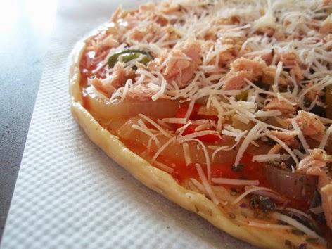 Preparación de una pizza de bonito