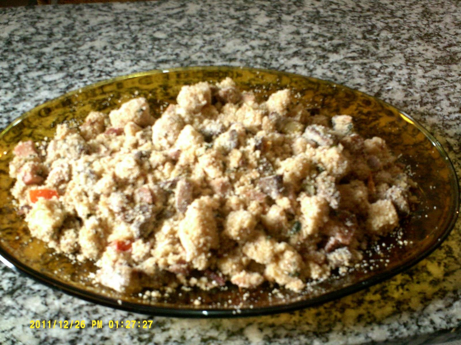 Modo de fazer  Refogue a cebola e a cenoura na manteiga e deixe dourar.  Acrescente o alho 61e5d8766c