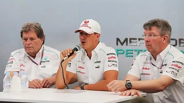 Schumacher, ao lado de Haug e Brawn em sua despedida da F1 no Japão 2012.