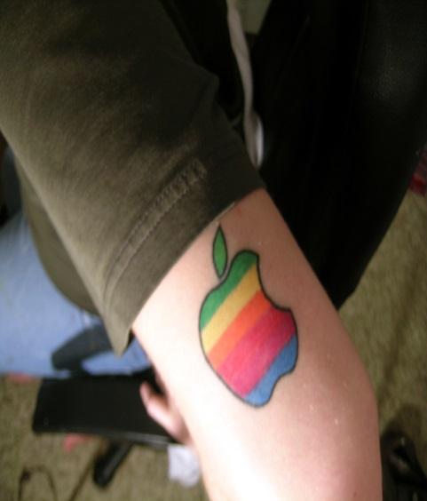 vemos el brazo de una modelo con el tatuaje de la manzana de apple