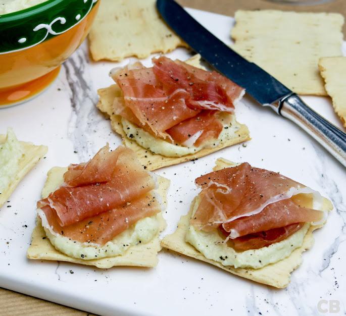 Olijfolietoastjes met gedroogde ham en een frisse artisjokkencrème