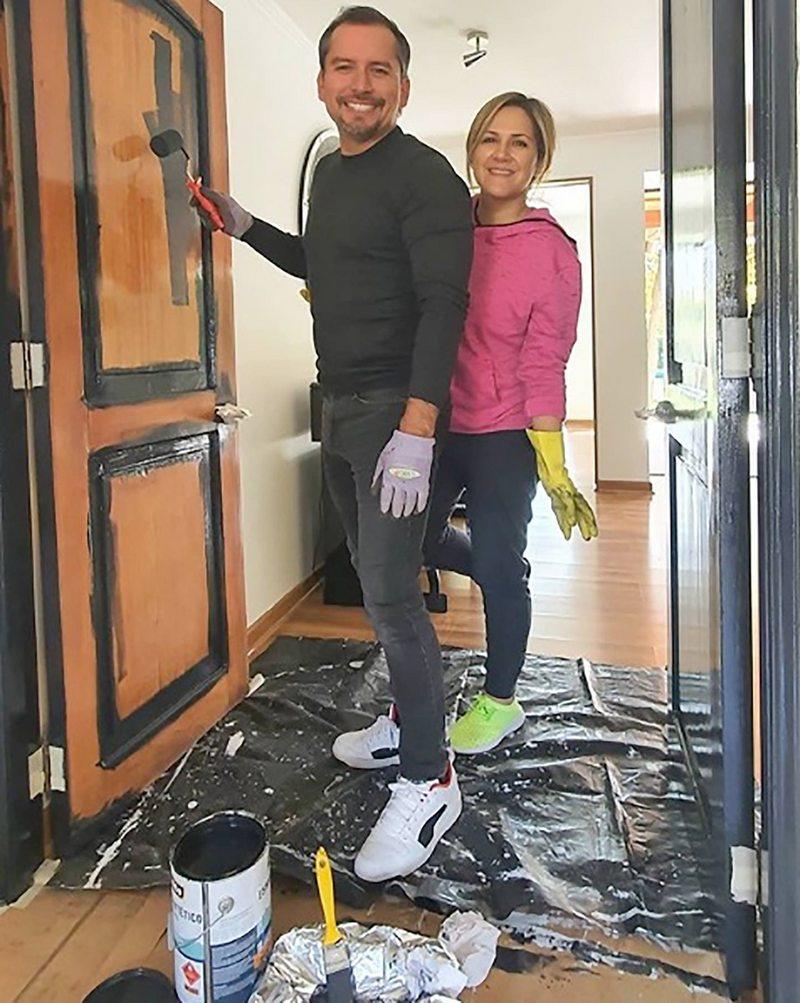 Michelle Adam revisó el clima antes de pintar tres puertas de su casa durante la cuarentena