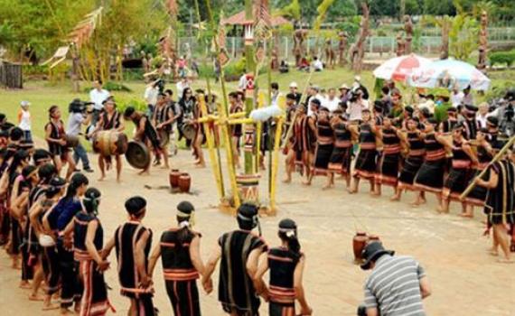 Lễ hội mừng nhà Rông mới của người Giẻ Triêng ở Kon Tum