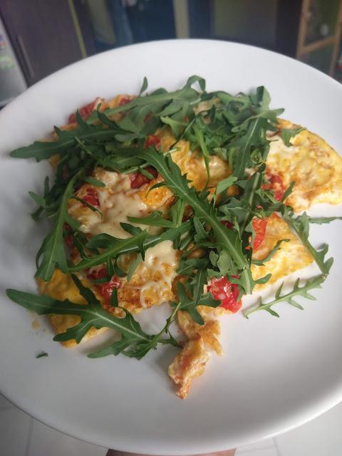 omlet z pomidorkami, serem żółtym i rukolą