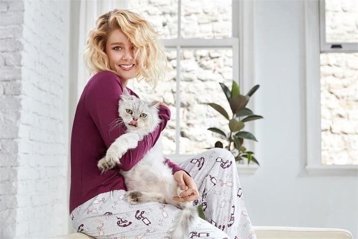 Burcu Biricik'in kedi sevgisi...