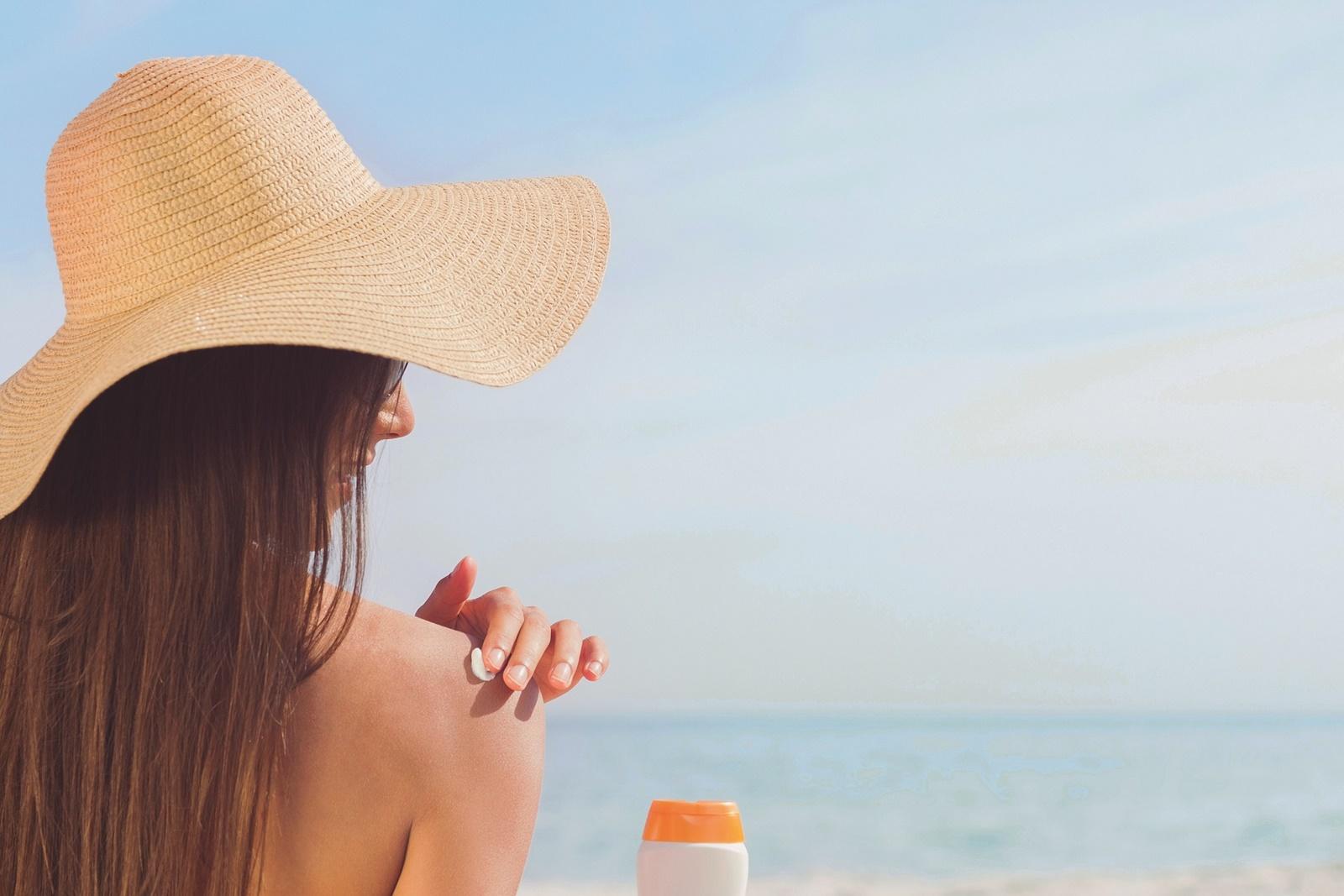 Fakty i mity na temat filtrów przeciwsłonecznych. Czym różnią się filtry mineralne od chemicznych? Czy olejek z pestek malin chroni przed promieniowaniem?