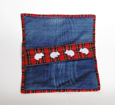 Padjakate vanadest teksadest ja ruudulisest kangast.Recycled denim cushion cover with cat applique.