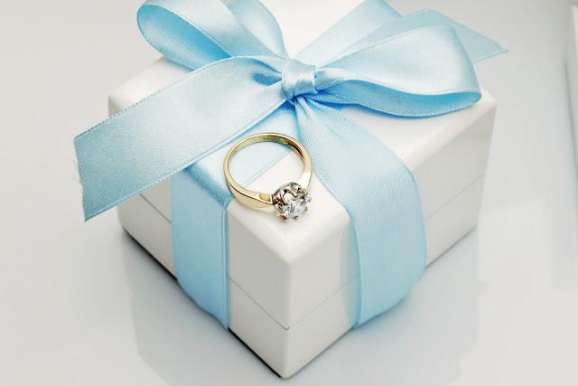 Pierścionek zaręczynowy z diamentem, marzenie każdej z nas.