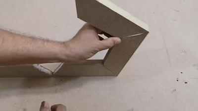 تجميع قطع خشبية مقصوصة بزاوية 36 درجة مع غراء بين الزوايا