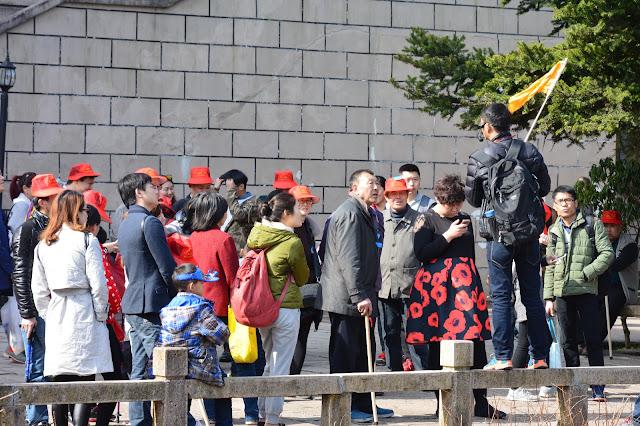 Un groupe de touristes chinois aux montagnes jaunes