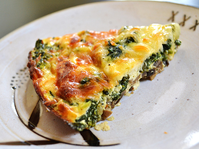 SPINACH MUSHROOM AND FETA CRUSTLESS QUICHE #vegetarian #easy #mushroom #breakfast #dinner