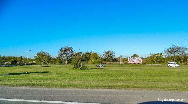 Piquenique à beira da autopista que liga o Aeroporto de Ezeiza ao Centro de Buenos Aires