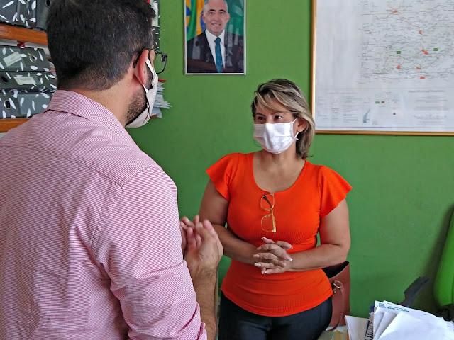 Secretária Elizabete com representante do Instituto do Câncer Infantil do Agreste