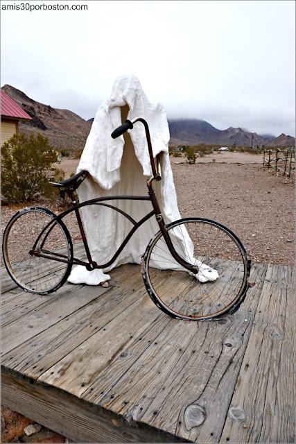 Escultura de Fantasma y Bici en Rhyolite, Nevada