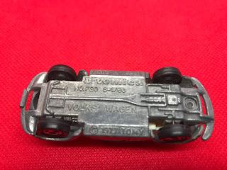 フォルクススワーゲン ビートル のおんぼろミニカーを底面から撮影